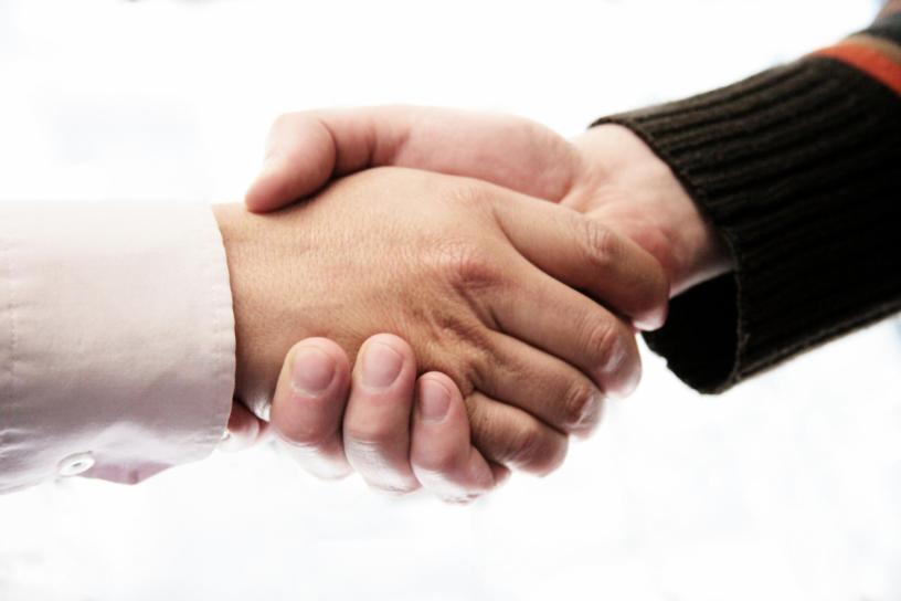 manos colaborando crowdfunding